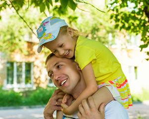 Портрет мужчины с ребенком летом на улице