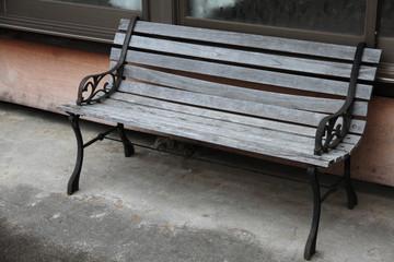 木の古いベンチ