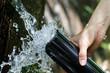 湧き水を水筒に入れる