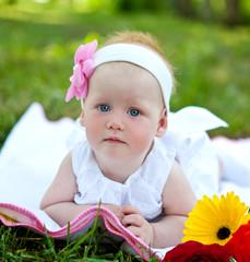 Маленькая девочка на природе