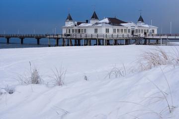 Die Seebrücke in Ahlbeck auf der Insel Usedom im Winter.