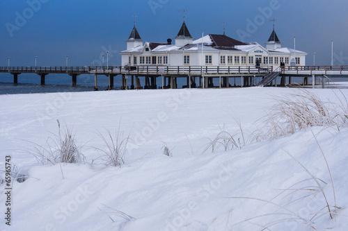 canvas print picture Die Seebrücke in Ahlbeck auf der Insel Usedom im Winter.
