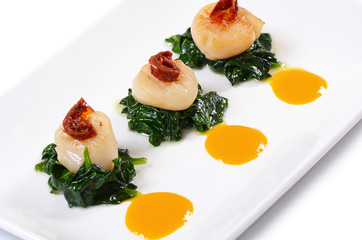 sea scallops with spinach and tomatoes