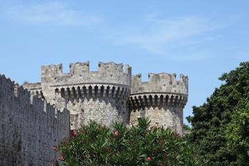 Altstadtmauer in Rhodos-Stadt mit Wehrturm