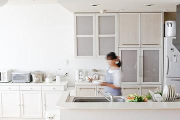 キッチンと女性