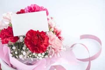 カーネーションの花束とメッセージカード
