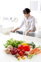 キッチンの野菜と主婦