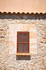 Mediterane Fassade mit Fenster