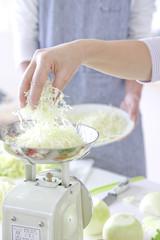 料理の材料を計量する