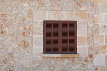 Mediterane Hauswand mit Fenster
