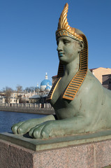Сфинкс на фоне купола Троицкого собора. Санкт-Петербург