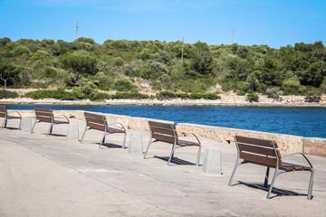 Sitzbänke an der Meeresküste