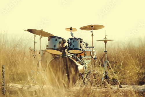 Staande foto Muziekwinkel Drum set in the field