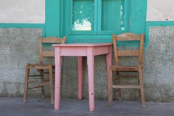 Tisch und Stühle vor einer alten Taverne