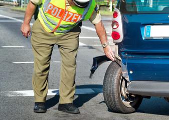 Polizist bei Verkehrsunfallaufnahme Unfall Aufnahme Polizei