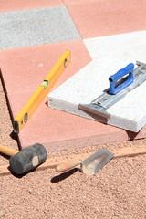 Terrassenplatten verlegen im Hochformat