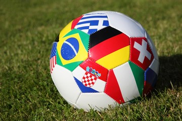 Fussball mit Flaggen aufRasen