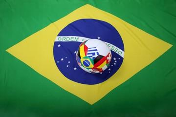 Fussball mit Flaggen-Symbolen auf Flagge von Brasilien