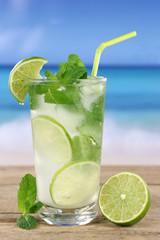 Mojito oder Caipirinha Cocktail am Strand im Urlaub