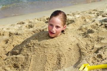 Mädchen im Sand begraben