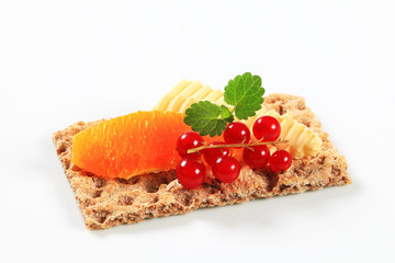 Whole grain crispbread with fruit