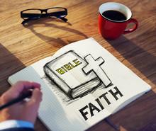 Homme avec une note et foi Concept