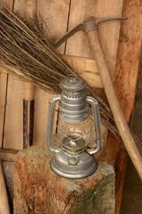 herramienta de mineria y lampara de mano