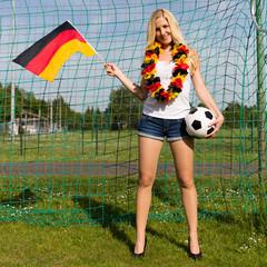 Blonde Frau als Fußballfan für Deutschland