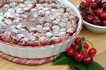 clafoutis con ciliegie su tavolo_ dolce
