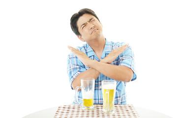禁酒の意思表示をする男性