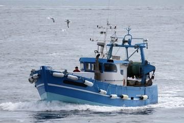 chalutiers navigant en mer d'iroise,bretagne