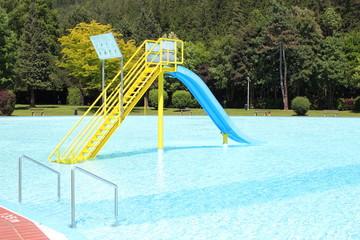 Eine Wasserrutsche im Becken eines Freibades