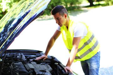 junger Mann überprüft den Motor