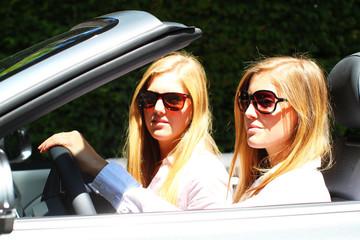 zwei Freundinnen im Cabrio