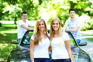 Freunde mit einem Cabrio