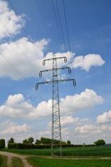 Strommast mit Himmelblau und Wolken