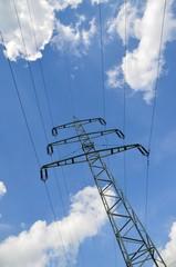 Strommast vor Himmel mit Wolken