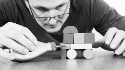 Man created the car of children's toy blocks