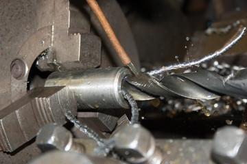 Сверловка отверстия на токарном станке