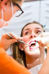 Patientin bei professioneller Zahnreinigung