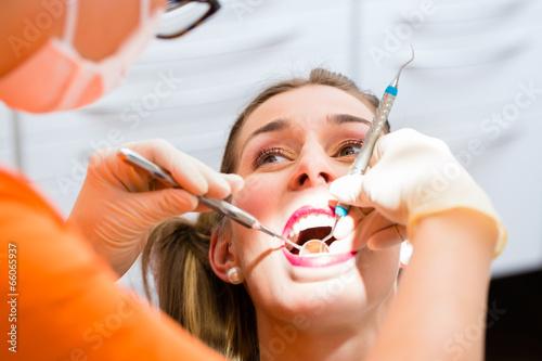 canvas print picture Patientin bei professioneller Zahnreinigung