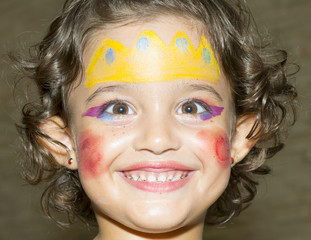 niña con la cara pintada