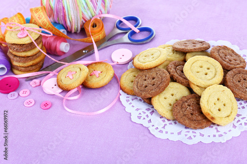 Papiers peints Macarons Sugar cookies in shape of buttons on table
