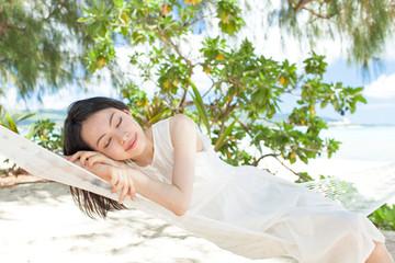ハンモックに寝る女性