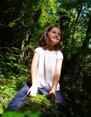 fillette heureuse en forêt