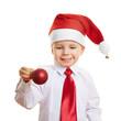 Kind mit Weihnachtsmütze und Christbaumkugel