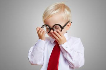 Kind trägt eine dicke Hornbrille