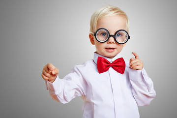 Kluger Junge mit dicker Hornbrille