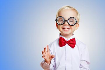 Lachender Junge mit dicker Brille