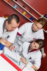 Pflegepersonal erhält ein Briefing